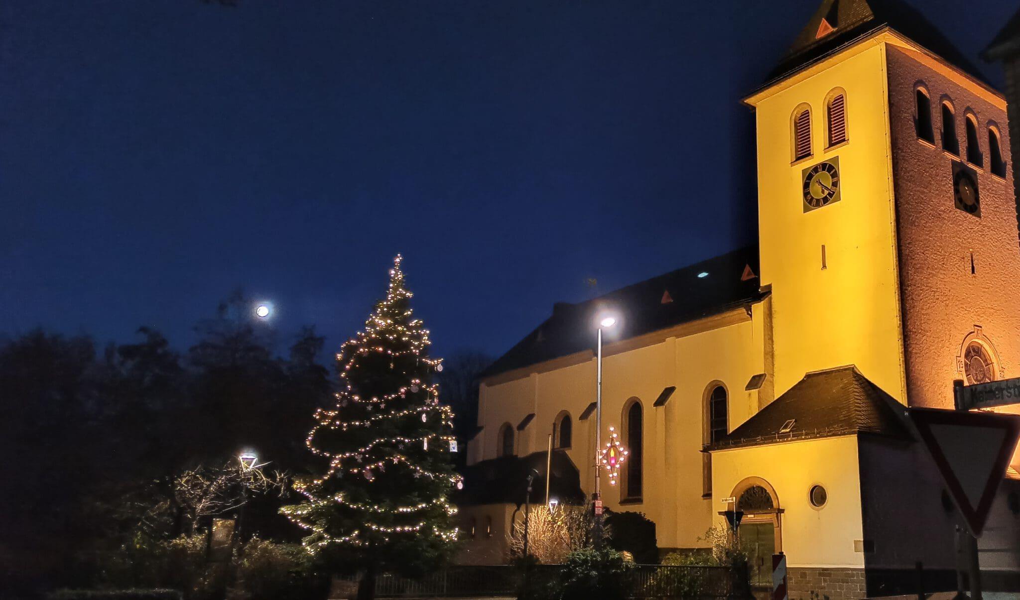Einheit Gerlingen stellt Weihnachtsbaum in Dorfmitte auf